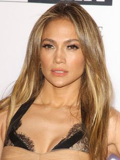 Jennifer Lopez looking fabulous with major faux lashes, tawny-rosy cheeks, sunlit skin, and caramel-kissed extensions. #beauty