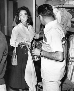 Elizabeth Taylor Todd & Mike Todd shopping in downtown Palm Springs. Hollywood Cinema, Old Hollywood Glamour, Golden Age Of Hollywood, Classic Hollywood, Elizabeth Taylor, Mike Todd, Violet Eyes, British American, Lucille Ball