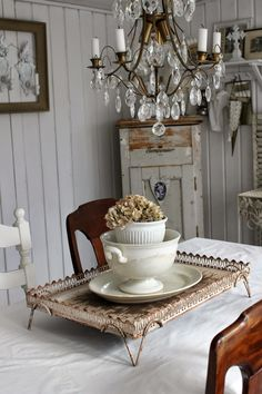 I love the layering of dishes. Änglarnas hus - Vintage in romantic style