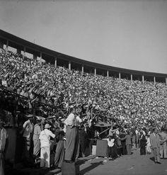 1953. Estádio do Pacaembu, São Paulo. (Foto: Alice Brill. Acervo: Instituto Moreira Salles -  IMS)