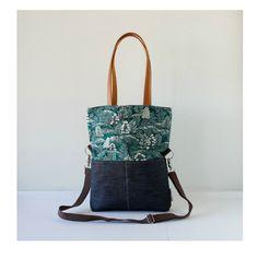 Tasche aus Denim in Kombination mit einer gedruckten Baumwolle. Mit zwei Außentaschen in der gedruckten Gesicht. Es trägt Ledergriffe (60 cm lang), um die Tasche über der Schulter und einen...