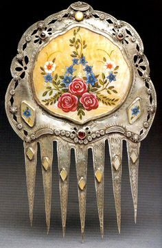Museum Of Spanish Colonial Art, Santa Fe, NM. A silver comb with cutwork frames a miniature enameled floral portrait - rubies, diamonds and opals Vintage Hair Combs, Vintage Hair Accessories, Women Accessories, Bridal Accessories, Colonial Art, Spanish Colonial, Vintage Hairstyles, Pretty Hairstyles, Antique Jewelry