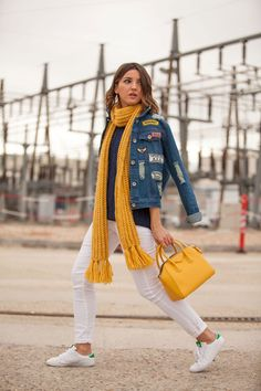 I just love my new denim patched jacket from Fashion Pills… I think it´s perfect for this kinda weather wearing a cozy knitwear and one of my favorite scarfs in yellow, just like the same as my Givenchy Antigona mini. As you can see I´m back in Madrid this week right before my next trip …