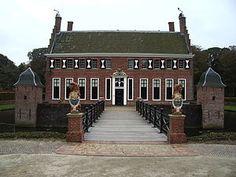 Menkemaborg in Uithuizen. Tegenwoordig is de borg een museum en geeft het een beeld van het leven van de Groninger jonkers in de zeventiende en achttiende eeuw. In het op het borgterrein gelegen Schathuis is een restaurant gevestigd.