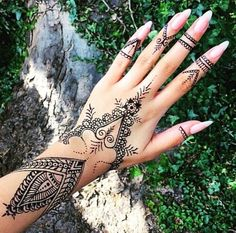 Marwari mehndi designs evolved to reflect the culture of Rajasthan. Their mehndi designs range from simple to breathtakingly beautiful. Henna Tattoo Hand, Henna Tattoo Designs, Henna Tattoo Muster, Henna Hand Designs, Hand Tats, Mehndi Designs For Hands, S Tattoo, Henna Art, Tribal Henna Designs