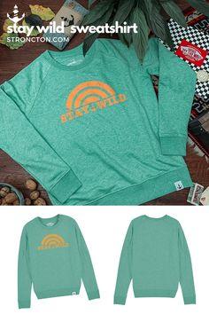 Simpel / Wild / Sunrise / Sunset …. Verewigt und immer dabei mit diesem Sweatshirt. Der superbequeme Pulli wurde aus 85 % Bio-Baumwolle und 15 % recyceltem Polyester unter fairen Bedingungen produziert. 1,- € aus jedem Verkauf spenden wir für wohltätige Zwecke. Mehr Inspiration und Outfit Ideen für Mode und Accessoires sowie frische Designs, findest du bei Stroncton im Online Shop. #nachhaltig #fair #fairfashion #streetwear #menswear #womenswear #sweatshirt Stay Wild, Designs, Streetwear, Sweatshirts, Sweaters, Inspiration, Collection, Fashion, La Mode