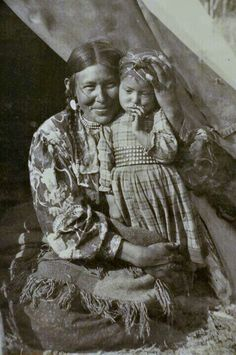 Mother and Child. First Nations (Sarcee?) mother and child circa late / early Photo of a photo. Taken at the Whyte Museum of the Rockies, in Banff, Alberta. Native American Beauty, Native American Photos, Native American Tribes, Native American History, American Indians, Native Americans, American Symbols, American Pride, Canadian History