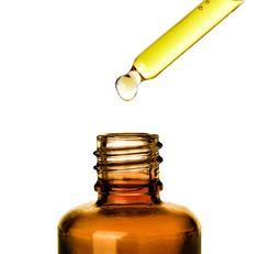 OLEJ ARGANOWY. Ten rzadki i znakomity olej jest starannie wyciśnięty z ziaren owoców drzewa arganowego, które rośnie w Maroku. Twoja skóra pokocha składniki odżywcze zawarte w tym cudownym produkcie. Olej arganowy pomaga w leczeniu oraz powstrzymuje oznaki starzenia. Jest lekki i łatwo wchłania się w skórę, dzięki czemu jest kluczowym składnikiem odżywczym i nawilżającym produktów do pielęgnacji skóry.