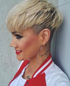 Short Pixie With Undercut ❤… Short Pixie With Undercut ❤️ Love the idea of undercut pixie mixture? Besides lovely ideas of how to style your shaved Latest Short Hairstyles, Short Pixie Haircuts, Summer Hairstyles, Hairstyles Haircuts, Haircut Short, Short Undercut, Ladies Hairstyles, Men Undercut, Bob Haircuts