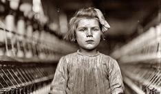 """Lewis Hine est sans doute le photographe américain le plus important de l'âge industriel. Pionnier dans la photographie """"sociale"""" ses clichés des ouvriers sur l'Empire State Building ont notamment fait le tour du monde. Mais Lewis Hine est aussi réputé pour avoir donné un visage à ces milliers d'enfants qui travaillaient dès le plus jeune âge avant l'abolition. Tristement, l'artiste finira sa vie dans la misère, l'art ne faisant déjà plus recette. Mais Lewis Hine laisse un témoignage…"""