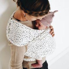 Draagdoek dots van Kleine Keutel. Rekbare draagdoek is ideaal voor de newborn baby. Polka Dot Top, Crop Tops, Stuff To Buy, Mini, Women, Fashion, Pregnancy, Bebe, Moda