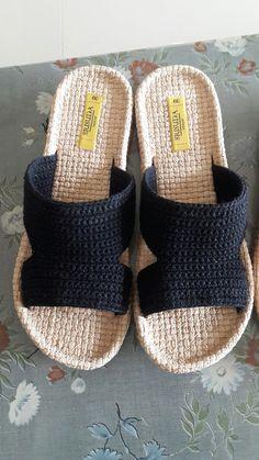 Örgü terlik Crochet Sandals, Crochet Shoes, Crochet Slippers, Knit Crochet, Knit Shoes, Sock Shoes, Mens Beach Shoes, Rope Sandals, Rainbow Crochet