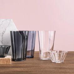 Alvar Aalto Bowl This item has been created by designer Alvar Aalto for the label iittala. Alvar Aalto, Shot Glass, Glass Vase, Organic Shapes, Craftsman, Modern Design, Sculpture, Tableware, Home Decor