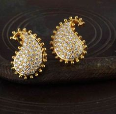 Gehna offer to showcasing Diamond studded paisley handcrafted in 18k gold forms this pair of ear studs online in Chennai.