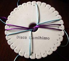 CREACIONES BATIBURRILLO: KUMIHIMO XXXVII: CORDÓN REDONDO CON ZIG ZAG LONGITUDINAL Macrame, Diy And Crafts, Paracord Bracelets, Lanyards, Fabric Purses, Recycling, Tutorials, Crocheting, Tejidos
