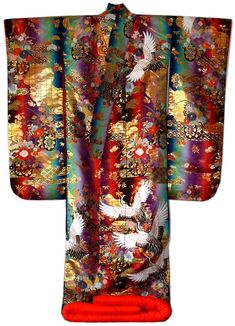 Japanese traditional silk brocaded embroidered wedding kimono with lining, or earlier. Fine embroidered wedding kimono gown with traditional wedding motif: flying white storks, flowers and flowers cart. Kimono Chino, Traditioneller Kimono, Look Kimono, Kimono Japan, Japanese Outfits, Japanese Fashion, Asian Fashion, Japanese Geisha, India Fashion