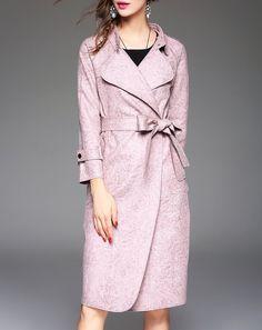 2/16この色(や赤や緑)だからと言って「また同じの着てるー」とかそんな意地悪な気持ち抱かないですよね?(似合う)綺麗色のコート、むしろ毎回同じの着ていて欲しいよね。(日々の装いにキレイ、地味、地味、キレイ、地味、地味、キレイ、地味とかの強弱必要か?No it isn't!)毎日同じ素敵なアウター、見るたびに素敵だなって思う。私の知人はダルメシアン柄のコートを毎日着て会社に出勤してたけど(ダルメシアン問題ない職種)とても似合っていて、「ありゃ昨日と同じコート着てるー!」なんて1mmも思わなかった。コートなんて毎日同じもの着て普通と思っていたから。「またこれだ」と思われないか?!という理由でベーシックカラーにしておく、という発想はナンセンスだと思う。黒やベージュアイテムはもっと積極的な理由で買おう!…と、本日お客様に訴えた私でした。(ただし今日の黒コートはデザインがドラマのお客様に映える、逃げではない、むしろ攻めの黒だったので選択難しかったですね)