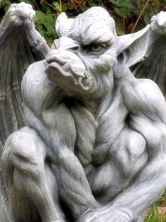 Gárgula,Sob atenta vigilância da Ingreja Católica, as gárgulas sofreram influências celtas e normandas. Sua primeira fase foi zoomórfica, quando eram esculpidas em madeira ou cêramica, pareciam estabelecer relações iconográficas com os animas que representavam e os sete pecados mortais: