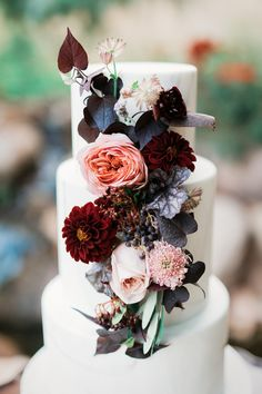 Burgundy and peach flowers on three tier wedding cake | perfect for fall wedding | Unusual wedding theme fabmood.com #weddingtheme #bluewedding #weddinginspiration #weddingstyledshoot #weddingdesign