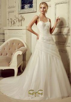 3abd00f16 Envuelto en una preciosa capa de tul con un delicado drapeado se ha  confeccionado el vestido