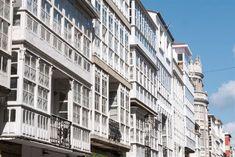 Fuimos a Ferrol con la excusa de conocer la ruta de las meninas del barrio de Canido, pero no pensábamos que nos encontraríamos con una ciudad tan llena de rincones fascinantes y de historia. Para nosotros fue del todo inesperado. Si te preguntas si hay algo que hacer o que Viera, Multi Story Building, Europe, Maps, The Neighborhood, Vacations, Buildings, Tourism, Cities
