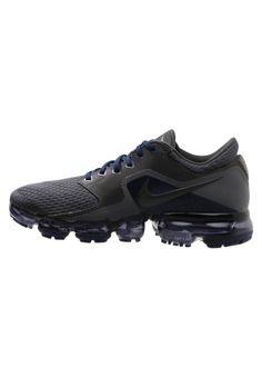 Nike Performance. AIR VAPORMAX - Laufschuh Neutral - midnight fog. Sohle:Kunststoff. Obermaterial:Textil/Synthetik. Verschluss:Schnürung. Fütterungsdicke:kalt gefüttert. Abrollbewegung:neutrales Abrollverhalten. Absatzform:flach. Sportart:Laufen. Decksohle:Textil.... Air Max Sneakers, All Black Sneakers, Sneakers Nike, Cleats, Nike Air Max, Neutral, Shoes, Fashion, Keep Running