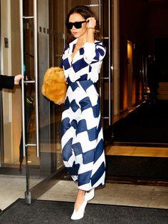 In blau-weißem Midirock und passender Bluse zeigt sich Victoria Beckham elegant weiblich.