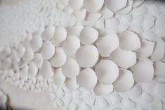 Paintings with Eggs  Basée à Chicago, l'artiste Anca Gray sculpte de très belles toiles en relief à partir de coquilles d'oeufs qu'elle brise en mille morceaux pour les assembler comme un puzzle géant. Elle peint délicatement chaque coquille avec de la peinture acrylique. A travers ces coquilles brisées, elle veut montrer la poésie de la vulnérabilité et des débris. Vous pouvez acheter ses oeuvres sur son Etsy.