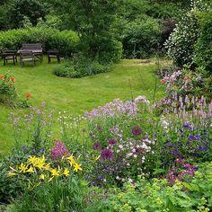 Det store staudebedet ble gravd opp for to år siden,  det var oversvømmet av fagerfredløs... nå gror det til igjen, men relativt fritt for fredløs. Her gjelder likevel den sterkestes rett,  jeg har mine anelser om hvordan det vil gå... Men jeg har annet å gjøre enn å  grave.  De får være i fred en stund nå,  og slåss om plassen!  #staudebed #blomster #flowers #fiori #hageelsker #gardenlove #amogiardino #hagelykke #hageelsker #hagegal #hageinspirasjon #instagarden #hageselskapet
