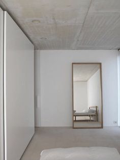 Minimal bedroom with concrete ceiling. In the project House with Office in 's-Gravenwezel, designed by Hans Verstuyft Architecten. Photography courtesy of Hans Verstuyft Architecten. Estilo Interior, Modern Interior, Interior Architecture, Interior And Exterior, Interior Design, Interior Doors, Minimal Bedroom, Minimal Home, Home Decor Bedroom