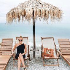 Photo @hippieinheelsblog Stylish Outfits, Fashion Outfits, Travel Clothing, Travel Dress, Packing List For Travel, Minimalist Wardrobe, Dress With Cardigan, Tube Dress, Wrap Sweater