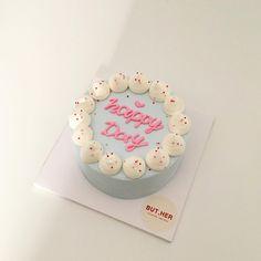 "122 Me gusta, 0 comentarios - BUT, HER (@cake_buther) en Instagram: ""손주들 #학예회 마치고 파티하실 거라며 할머님께서 직접 주문주셨어요~☺️ 아이들이 우유맛나는 #생크림케이크 좋아한대서 #딸기샌딩 한 #생크림케이크 로 만들어드렸어요~🎂 .…"" Pretty Birthday Cakes, Pretty Cakes, Cute Cakes, Beautiful Cakes, Yummy Cakes, Fancy Cakes, Mini Cakes, Cupcake Cakes, Korea Cake"