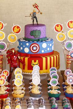Decoração de Super-Heróis. Bolos e palitos decorados.