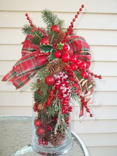 This lovely decorative swag will add style and beauty to your holiday decorations, or as an elaborate finishing touch to a special present. Tartan Christmas, Christmas Swags, Noel Christmas, Christmas Projects, Holiday Crafts, Christmas 2019, Christmas Ideas, Christmas Lanterns, Holiday Ideas