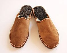 Men slippers made of sheepskin tan brown leather on top and white fur inside for extra warmth, totally handmade. A great gift for him or dad Elf Slippers, Brown Slippers, Felted Slippers, Winter Slippers, Leather Slippers For Men, Womens Slippers, Suede Leather, Leather Men, Brown Leather