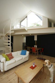 オウチ14・ネコと犬と暮らす家の部屋 らせん階段のあるリビング