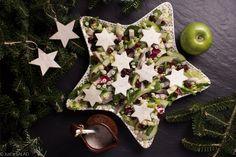WyŚLEDŹ pierwszą gwiazdkę! Świąteczna sałatka ze śledziem, makaronem, jabłkiem, białą rzepą, żurawiną i sosem z dodatkiem cynamonu.