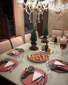 Mesinha posta com amor ❤️ . Sábado + friozinho + familinha + pizza = #obrigadadeus 👌😁 . . . . . . #mesaposta #brasilia #sabado #pizza… Food Table Decorations, Food Decoration, Dining Etiquette, Table Set Up, Decorating Coffee Tables, Shabby Chic Decor, Dinner Table, Decorative Plates, Sweet Home