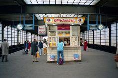 1984 West-Berlin - Auf dem Bahnsteig am Bahnhof Zoo. East Germany, Berlin Germany, Information About Germany, Bahn Berlin, The Second City, S Bahn, Cities In Europe, Berlin Wall, Dream City