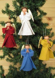 Eine Variante unserer üblichen Wäscheklammer-Engel, sind diese ehrfürchtige Weihnachtsengel im Gebet. Wie unsere anderen Wäscheklammer-Folk ist dieser Engel eine Wäscheklammer, Holzkugel, Wollfilz und ein Pfeifenreiniger gefertigt. Flügel sind eine Reihe von Dresden gold Flügel auf der Rückseite angebracht und ein kleine Weinrebe Kranz dient als Halo. Ihr Kleid ist doppelt geschichtet, mit drei kleinen Schaltflächen oben - Taste Farbe variiert je nach Kleid Farbe. Sie ist fertig zum…