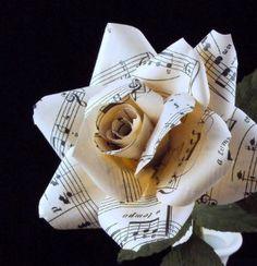 Una rosa de papel con partituras...