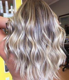 Балаяж на светлые волосы представляет собой разновидность окрашивания с переходом от более темного к более светлому оттенку