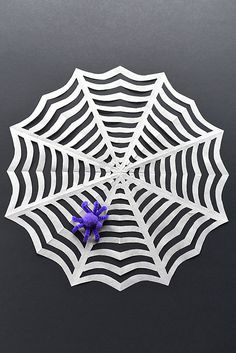 These paper spiderwebs are so easy to make and they look AWESOME! This is such a fun Halloween craft to make with the kids and a great Halloween decoration! I love the pipe cleaner spider! Crafts For Boys, Fathers Day Crafts, Toddler Crafts, Preschool Crafts, Halloween Paper Crafts, Homemade Halloween Decorations, Halloween Kids, Arts And Crafts Storage, Diy Arts And Crafts