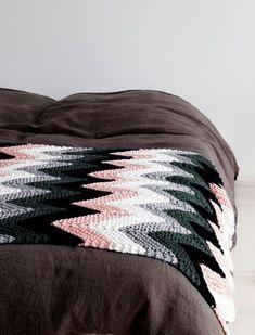 Ravelry: Neulottu aaltoileva torkkupeitto pattern by Susanna Vento Chevron Baby Blankets, Chevron Blanket, Afghan Rugs, Afghan Blanket, Knitted Afghans, Knitted Blankets, Crochet Home, Diy Crochet, Chevron Crochet