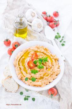 Dieses Rezept für Feta-Tomaten-Dip mit sonnigen, getrockneten Tomaten in Öl, aromatischen Kräutern, cremigen Frischkäse und herzhaften Feta ist superschnell gemacht. Schmeckt großartig zu Brot, zu Gemüse und zu Fleisch. Einfach und leicht zuzubereiten.