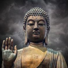 bouddha lotus: La statue du Grand Bouddha visage avec la main à Hong Kong sur les nuages ??d'orage fond