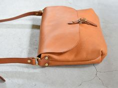 革の素材感を生かした必要最小限のデザインで誰でもどこでも使えるショルダーバッグ。使用しているイタリアンレザーは使い込む程に色艶が増すので、鞄が育つ感覚を感じて使えます。【Organ/オルガン】 Leather Briefcase, Leather Crossbody Bag, Leather Purses, Leather Handbags, Leather Wallet, Leather Gifts, Leather Bags Handmade, Leather Craft, Handmade Bags