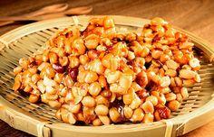 Pé de moleque // 1 xícara (chá) de açúcar demerara (180g) - ½ xícara (chá) de água (100ml) - 1 colher (sopa) de glucose branca (25g) - 1 colher (chá) de manteiga (7g) - 2 xícaras (chá) de amendoins inteiros e torrados (260g) // Receita completa em casaecozinha.com ;-)