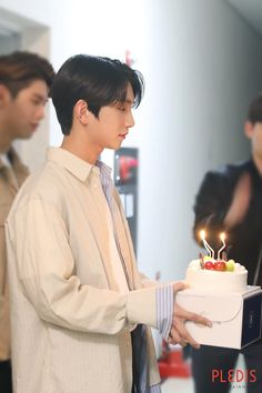 Naver released pictures behind the scene of SEVENTEEN Joshua Jisoo Seventeen, Joshua Seventeen, Jeonghan Seventeen, Seventeen Album, Joshua Hong, Joshua 1, Woozi, Mingyu, Hong Jisoo