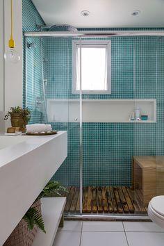 Decoração de apartamento, decoração com estilo, no banheiro, lavabo, pastilhas azuis, plantas na decoração.